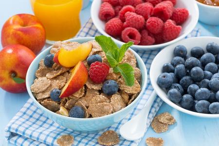 breakfast: desayuno saludable con copos, frutas y bayas, zumo de naranja, primer plano Foto de archivo