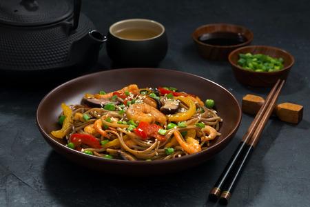 Aziatische lunch. Boekweitnoedels met zeevruchten, close-up