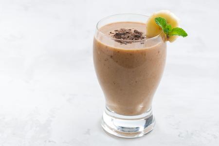Batido de chocolate de plátano en un vaso, primer Foto de archivo - 51161907
