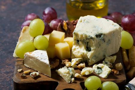 tabla de quesos: cheeseboard, fresh fruits and honey, horizontal, closeup