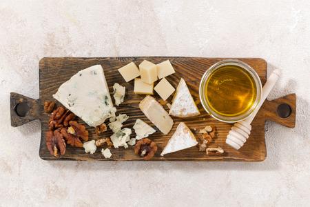 tabla de quesos: tabla de quesos sobre un fondo blanco, vista superior, horizontal