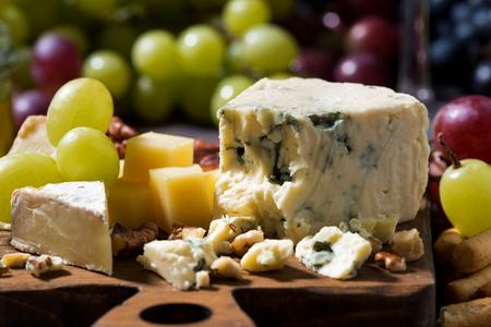 tabla de quesos: tabla de quesos, frutas frescas y miel, primer plano, horizontal