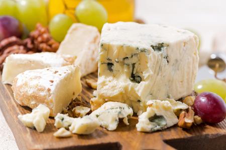 tabla de quesos: Cheeseboard, frutas y miel en el vector blanco, primer plano, horizontal