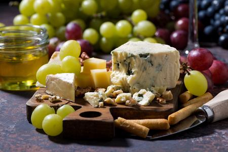 tabla de quesos: tabla de quesos, frutas frescas y miel, primer
