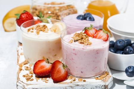 Yogures dulces con frutas y bayas para el desayuno, primer plano Foto de archivo