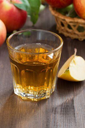 Boisson d'automne - cidre ou jus de pomme dans un verre, vertical, gros plan