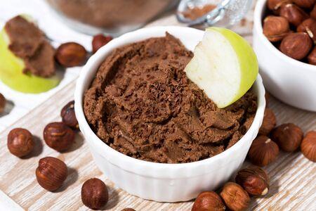 domowej roboty zdrowa słodka pasta z orzechów czekoladowych, zbliżenie
