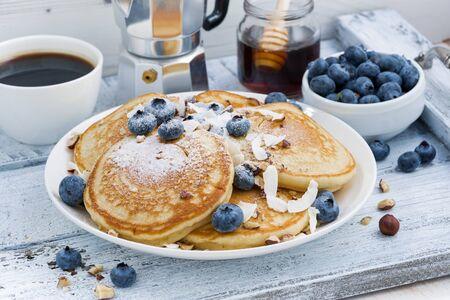 pancakes with fresh blueberries and honey for breakfast, horizontal Stockfoto