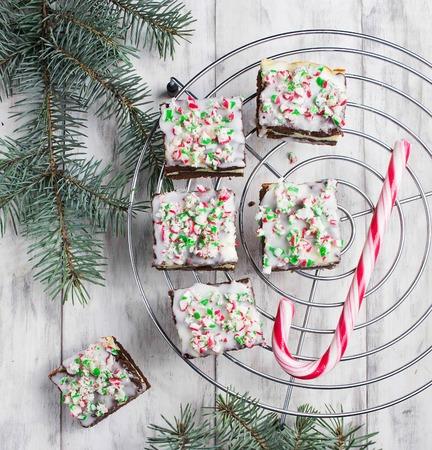 Christmas cake brownies met chocolade, roomkaas en snoep riet