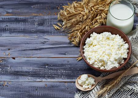 Zuivelproducten melk en kwark voor joodse vakantie Sjavoeot. Selectieve aandacht. Copy ruimte achtergrond Stockfoto