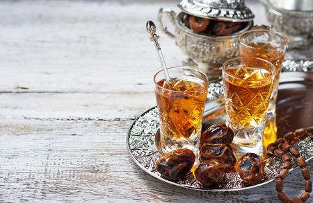 Traditionele Arabische thee en droge data. Selectieve aandacht. Ruimte voor tekst