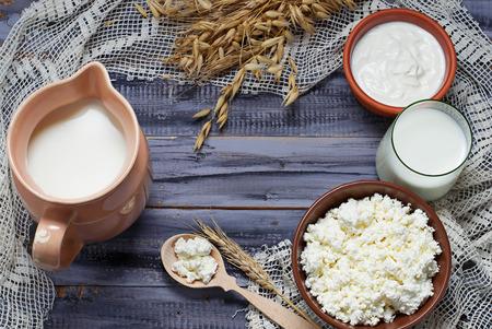 Zuivelproducten: melk, kwark, zure room. Selectieve aandacht. Kopieer ruimte achtergrond Stockfoto