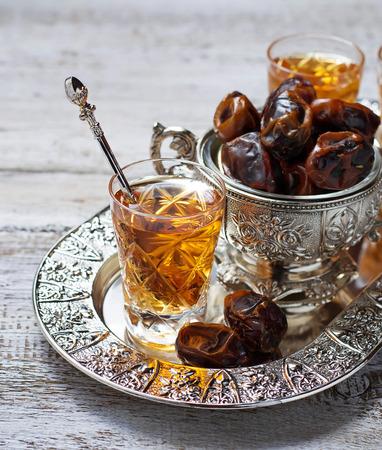 Traditionele Arabische thee en droge data. Selectieve aandacht Stockfoto