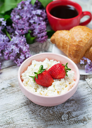 fermenting: Cottage cheese with strawberries. Selective focus Stock Photo