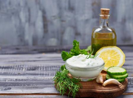 ギリシャのソース ザジキとキュウリ、ミント、ディル、ニンニク、レモン、オイル。選択と集中