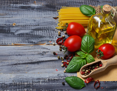 aceite de oliva: Pasta italiana comida, tomate, albahaca, aceite de oliva, pimienta. Enfoque selectivo Foto de archivo