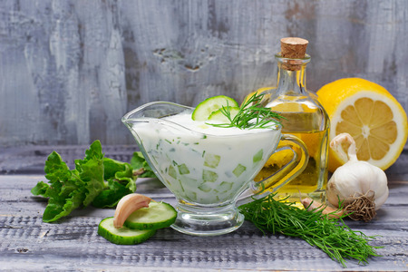 Griekse saus tzatziki en komkommer, munt, dille, knoflook, citroen, olie