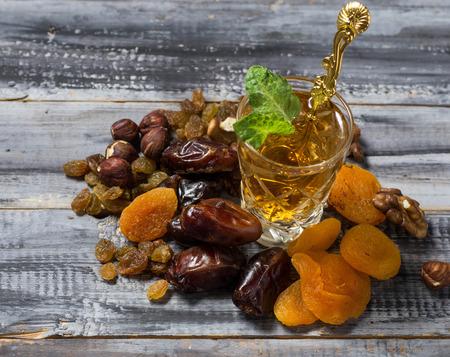 frutas secas: T� �rabe tradicional y frutos secos. Enfoque selectivo Foto de archivo