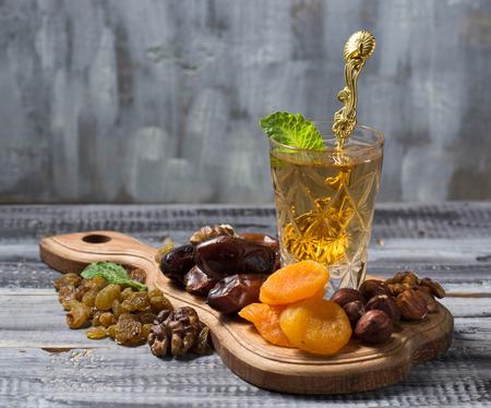 Traditionele Arabische thee en droge vruchten. selectieve aandacht
