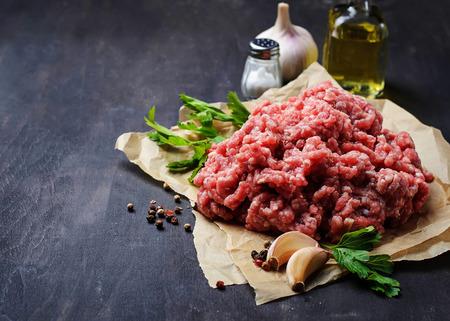 carne picada cruda con aceite de oliva y ajo. enfoque selectivo