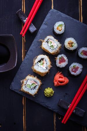 Rollos de sushi japonés con salmón. Enfoque selectivo