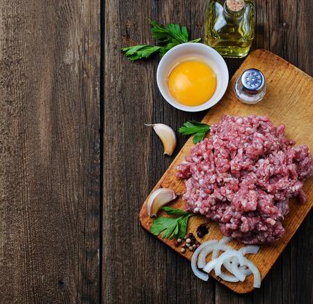 올리브 오일과 마늘 원시 다진 고기. 선택적 포커스