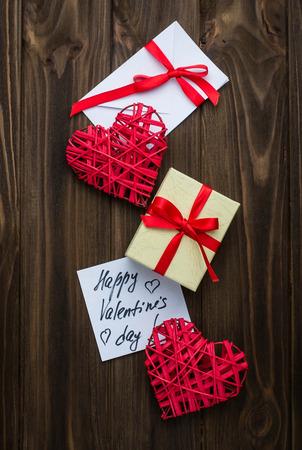 love letter: Corazones, caja de regalo y tarjeta con el día de San Valentín feliz de mensajes