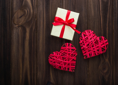 Valentijnsdag achtergrond met harten en cadeau doos Stockfoto