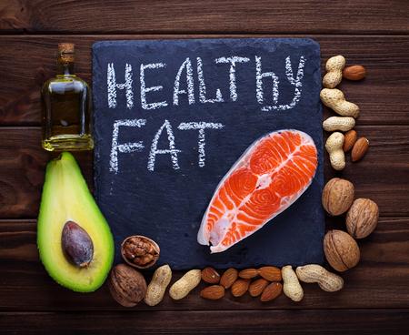 健康的な脂肪のサーモン、アボカド、油、ナッツ。選択と集中 写真素材 - 53059421