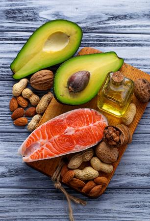 健康的な脂肪のサーモン、アボカド、油、ナッツ。選択と集中 写真素材 - 53059301