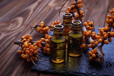 Duindoorn olie in kleine flesjes. selectieve aandacht Stockfoto