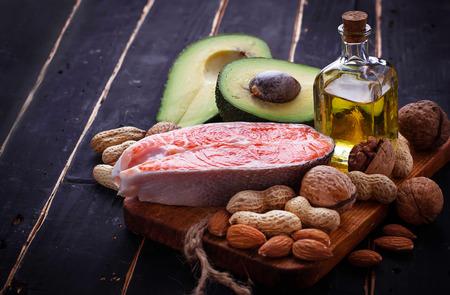 健康的な脂肪のサーモン、アボカド、油、ナッツ。選択と集中 写真素材 - 53059471