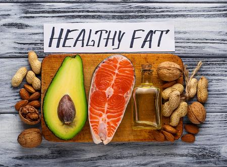 健康的な脂肪のサーモン、アボカド、油、ナッツ。選択と集中 写真素材 - 53059564