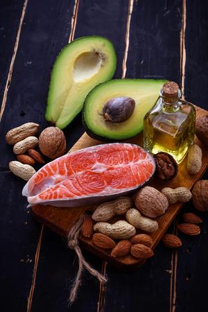 Gezonde vette zalm, avocado, olie, noten. Selectieve aandacht