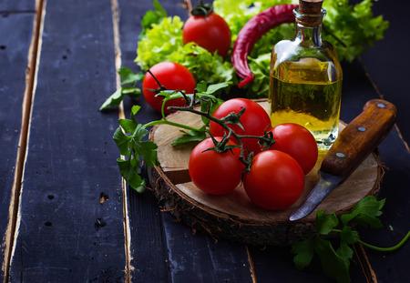 tomate cherry: Tomate fresco cereza, perejil y aceite de oliva. enfoque selectivo Foto de archivo
