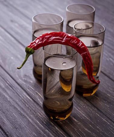 bebidas alcohÓlicas: Vodka y guindilla. enfoque selectivo