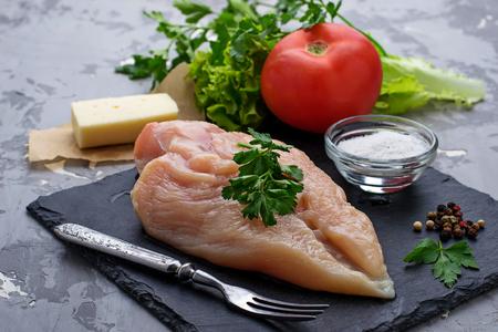 Filet de poulet cru. mise au point sélective