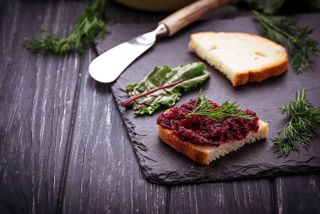 remolacha: caviar de remolacha y pan tostado. enfoque selectivo Foto de archivo
