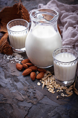 Verschillende soorten veganistvrije melkvrije melk. Selectieve focus