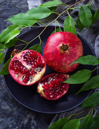 Rijpe ontlede granaatappels. Selectieve aandacht