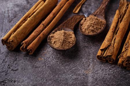 Ceylon cinnamon sticks and powder. Selective focus 스톡 콘텐츠