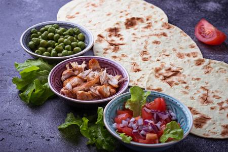 Ingrediënten voor het koken van Mexicaanse taco's. Selectieve aandacht