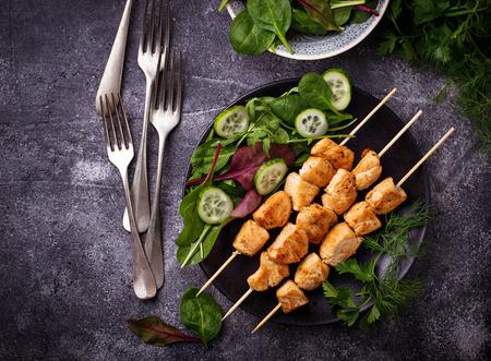 ensaladilla rusa: Chicken shish kebabs with green salad. Selective focus Foto de archivo