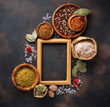 Divers types d'herbes et d'épices