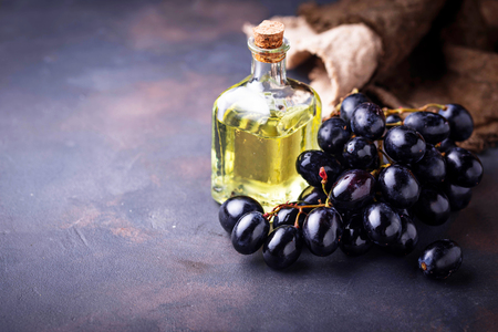 Grape seeds oil in small bottles Banque d'images