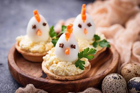 Kippen van eieren. Paas-voorgerechten voor feest. Selectieve aandacht