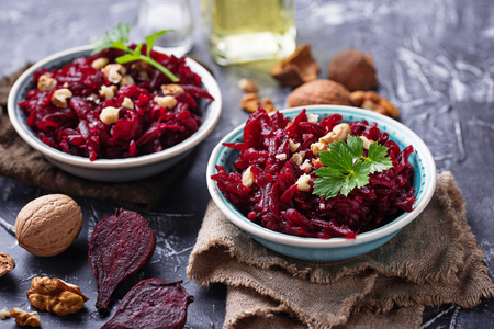Healthy vegan beetroot salad with walnuts Archivio Fotografico