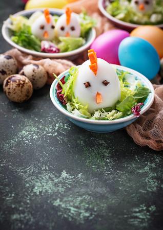 Salade met eieren in de vorm van kippen. Feestelijk eten. Stockfoto