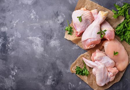 Filet de poulet cru, cuisse, ailes et cuisses Banque d'images