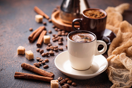 Cups of coffee, beans, sugar and cinnamon Stockfoto